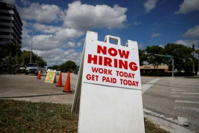 ΗΠΑ: Καλύτερα των προβλέψεων τα στοιχεία για τις προσλήψεις τον Ιούλιο, στις 943.000