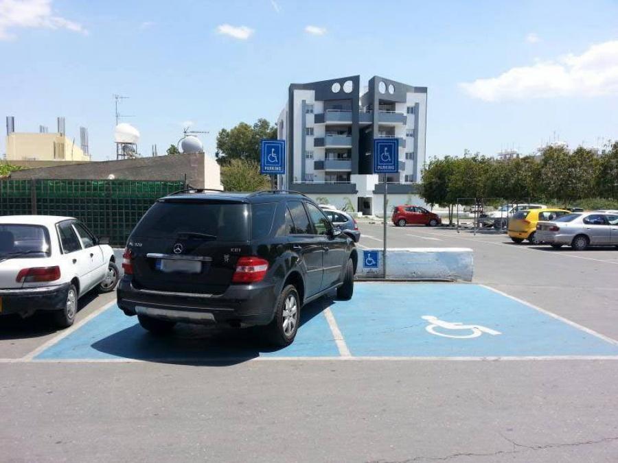 Τροχαία: «Σαφάρι» για την παράνομη στάθμευση σε ράμπες διάβασης και θέσεις αναπήρων
