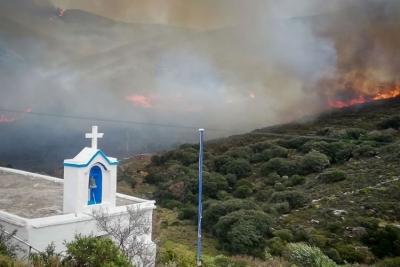 Σε ύφεση η μεγάλη φωτιά στην Άνδρο - Ισχυρές δυνάμεις της Πυροσβεστικής