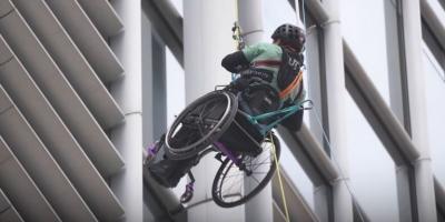 Παραπληγικός αθλητής με αναπηρικό αμαξίδιο αναρριχήθηκε σε ουρανοξύστη!