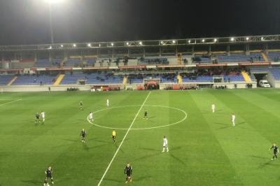 Σε κακή κατάσταση το γήπεδο της Νέφτσι πριν τον Ολυμπιακό (video)