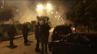 Πεδίο μάχης η Νέα Σμύρνη - Επεισόδια με μολότοφ και συμπλοκές - Τραυματίες 2 αστυνομικοί