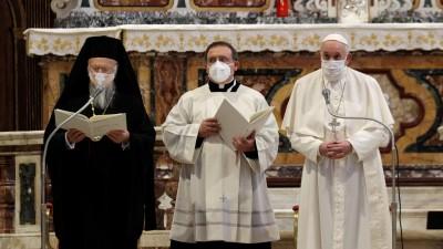 Ιταλία: Πάπας Φραγκίσκος - Πατριάρχης Βαρθολομαίος συνλειτούργησαν για την ειρήνη φορώντας μάσκες