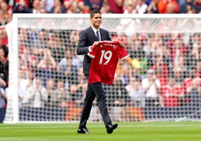 Μάντσεστερ Γιουνάιτεντ: Περπάτησε στο Old Trafford με τη νέα του φανέλα ο Ραφαέλ Βαράν!