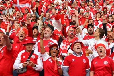 Αγγλία – Δανία: «Ζεσταίνονται» οι Δανοί φίλαθλοι πριν τον αγώνα (video)