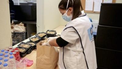 Ο Δήμος Αθηναίων μοίρασε 1.200 χριστουγεννιάτικα γεύματα σε άστεγους