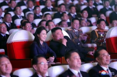 Βόρεια Κορέα: Επανεμφανίστηκε μετά από 1 ολόκληρο χρόνο η σύζυγος του Kim Jong-un