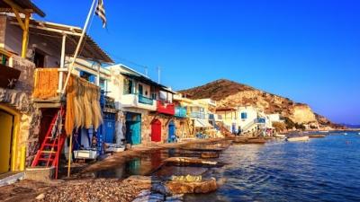 BBC: Τα ελληνικά νησιά γίνονται covid free για να υποδεχθούν τους τουρίστες - Η περίπτωση της Μήλου
