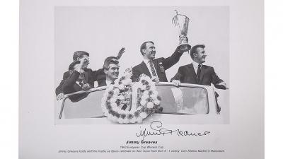 Στα χέρια του Τζίμι Γκριβς το πρώτο ευρωπαϊκό τρόπαιο αγγλικής ομάδας, αφού πρώτα πέρασε από τα... πόδια του!