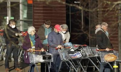 Κορωνοϊός: Ουρές στα σούπερ μάρκετ στην Βρετανία με τον φόβο για ελλείψεις σε βασικά αγαθά