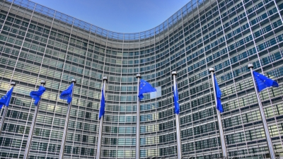 Κομισιόν: Οι δόσεις του εμβολίου που μπλόκαρε η Ιταλία παραμένουν στην ιδιοκτησία της AstraZeneca