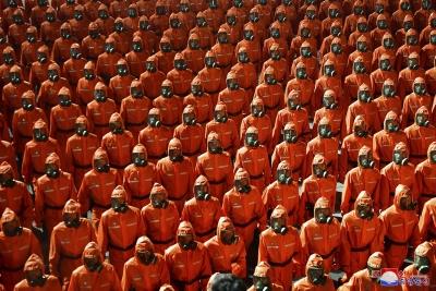 «Πάτα το κουμπί» - Οι στρατιώτες του Kim Jong Un  παρελαύνουν με στολές βιοχημικού πολέμου