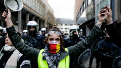 Γαλλία: Στους δρόμους και πάλι τα «κίτρινα γιλέκα» - Συγκρούσεις με την αστυνομία