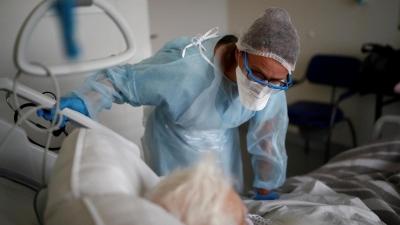 Γαλλία: Υπό ασφυκτική πίεση οι ΜΕΘ, στα πρόθυρα της «επιλογής ασθενών» για διασωλήνωση
