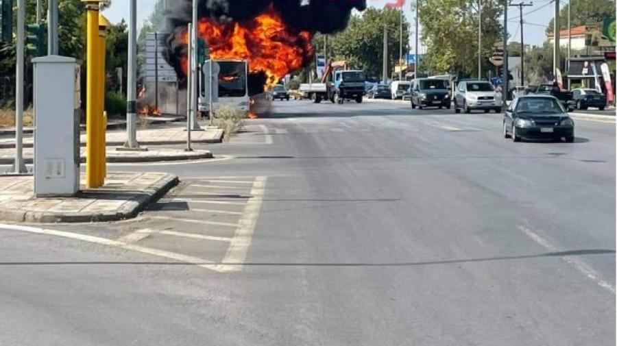 Θεσσαλονίκη: Στις φλόγες αστικό λεωφορείο στη Λεωφόρο Γεωργικής Σχολής