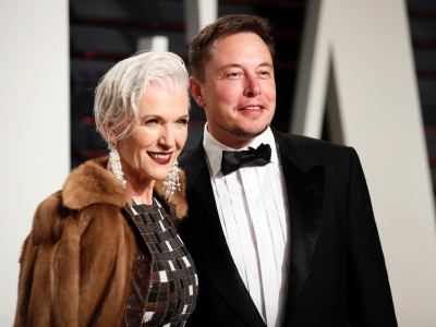 Η 73χρονη μητέρα του Elon Musk (Tesla) εργάζεται ακόμα ως μοντέλο στην πασαρέλα