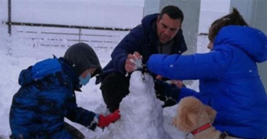 Ο Αλέξης Τσίπρας και τα παιδιά του παίζουν με το χιόνι