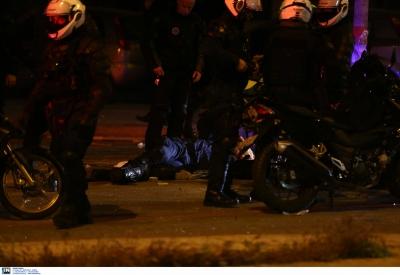 Στην ανακρίτρια καταθέτει ο αστυνομικός για τα επεισόδια στη Νέα Σμύρνη - Πλεύρης: «Από θαύμα ζει»