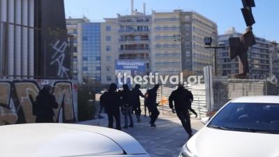 Θεσσαλονίκη: Επίθεση κουκουλοφόρων σε αστυνομικούς με μολότοφ