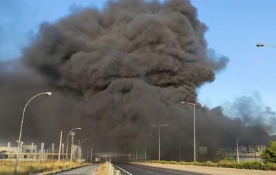 Μεταμόρφωση: Δύο ελικόπτερα κάνουν ρίψεις νερού από αέρος για την κατάσβεση της πυρκαγιάς σε εργοστάσιο
