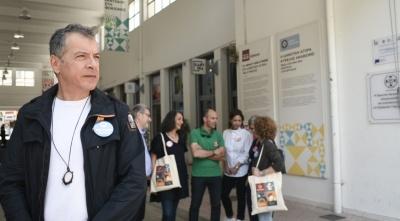 Σε γειτονιές της Αθήνας ο Θεοδωράκης: Οι 'Ελληνες πρέπει να πάνε να ψηφίσουν αύριο