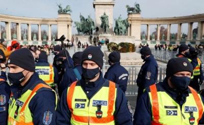 Μεγάλη συγκέντρωση κατά του lockdown στην Ουγγαρία – Ανοίγουν εστιατόρια, παρά την απαγόρευση