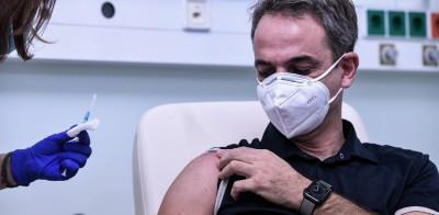 Κορωνοϊός: Νοσηλεύτρια απαντά στους συνωμοσιολόγους για τον «ορό στο φιαλίδιο» στο εμβόλιο του Μητσοτάκη