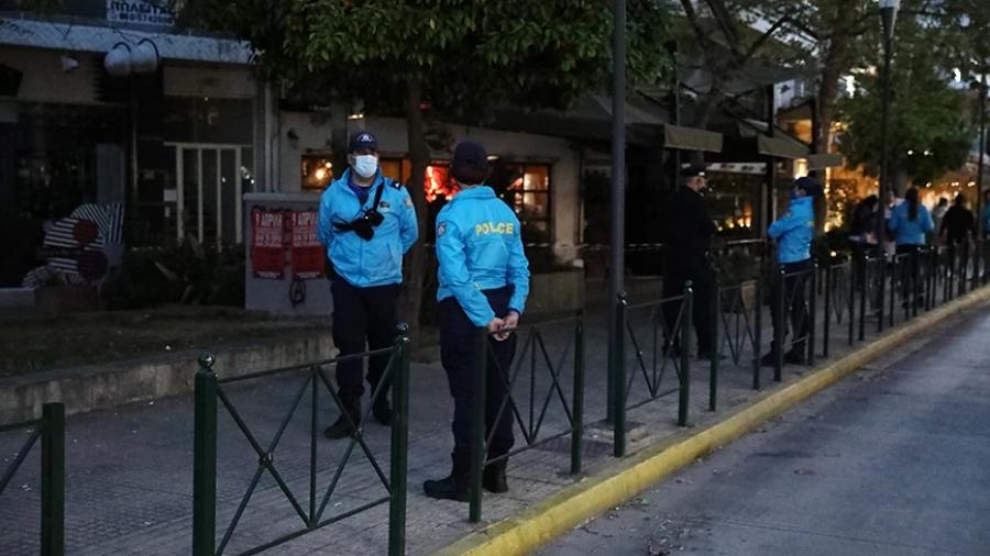 «Μπλόκα» σε Αγίου Γεωργίου και Βεάκη από την αστυνομία για να την αποφυγή νέων κορωνοπάρτι