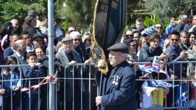Ο 97χρονος Αντώνης Αλεξανδρής, ο τελευταίος ήρωας της Λέσβου, άνοιξε την παρέλαση της 28ης Οκτωβρίου στη Μυτιλήνη