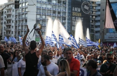Πορείες διαμαρτυρίας κατά της υποχρεωτικότητας των εμβολιασμών σε Αθήνα και Θεσσαλονίκη - Ένταση στο Σύνταγμα