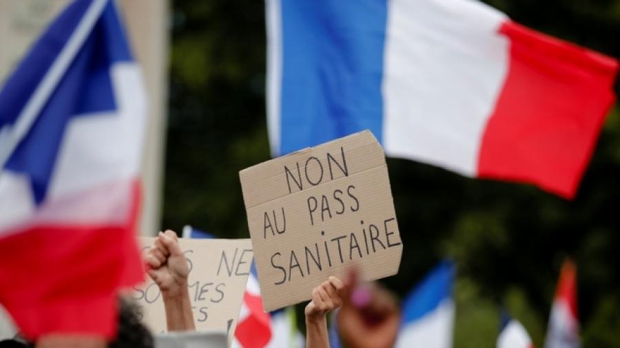 Macron: Στροφή αλά γαλλικά για το πιστοποιητικό Covid-19 υπό τον φόβο των διαμαρτυριών