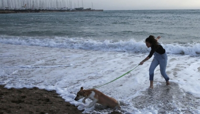 Reuters: Οι Έλληνες «απέδρασαν» από το lockdown και πήγαν στις παραλίες