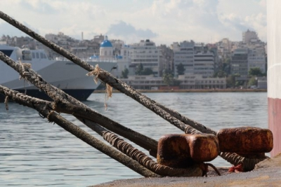 Δεμένα τα πλοία σε Πειραιά, Ραφήνα, Λαύριο – Σε ισχύ το απαγορευτικό απόπλου