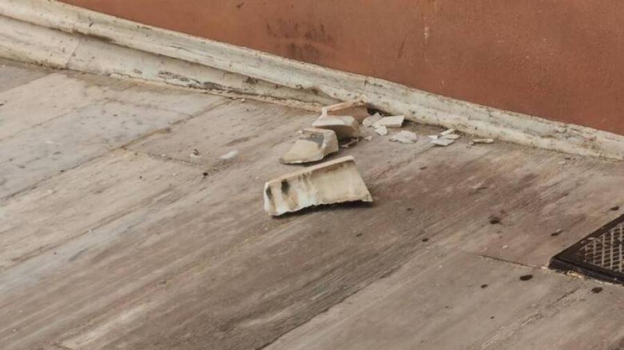 Η κακοκαιρία «χτύπησε» και τη Βουλή - Εισροή υδάτων και πτώση μαρμάρων στο περιστύλιο