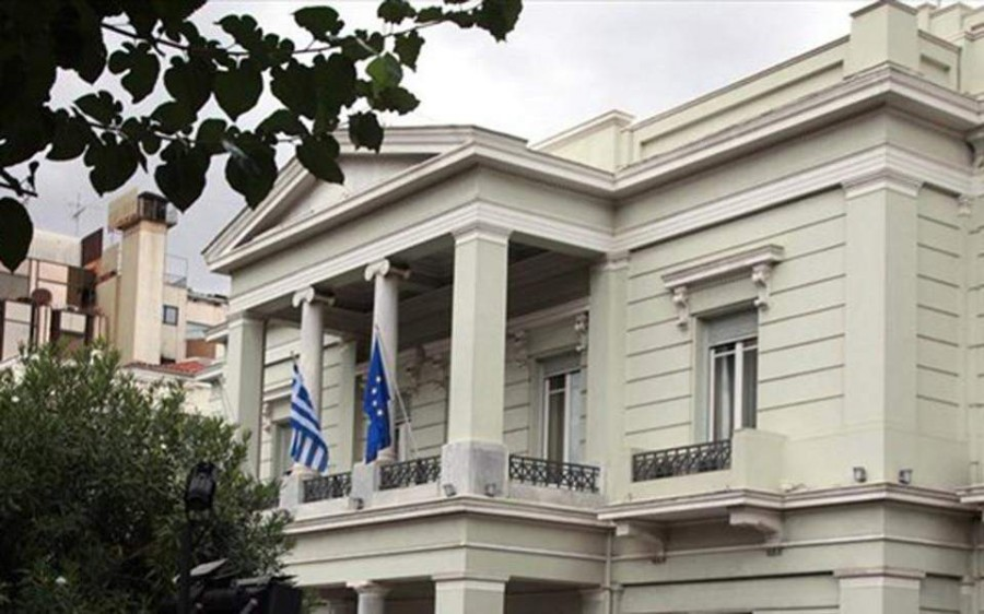 Spiegel: Η έφοδος Σαββίδή με το πιστόλι βυθίζει το ελληνικό ποδόσφαιρο σε κρίση και απειλεί την Ελλάδα