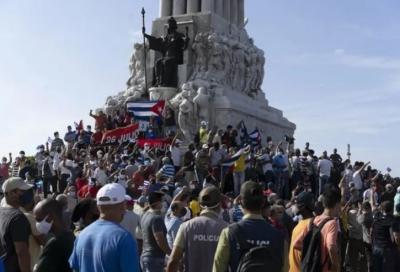 Κούβα: Στους δρόμους χιλιάδες διαδηλωτές - Ελλείψεις τροφίμων και φαρμάκων