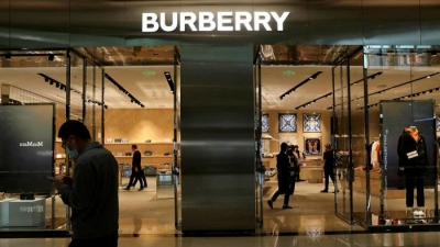 Burberry: Η παραίτηση του CEO αφήνει τη νέα συλλογή στα ράφια…