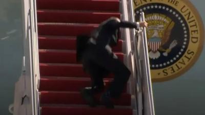 Ο Joe Biden έπεσε 3 φορές στη σκάλα του προεδρικού αεροσκάφους Air Force One