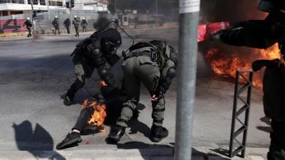 Διαδηλωτής στη Θεσσαλονίκη τυλίχθηκε στις φλόγες – Αστυνομικοί έσβησαν τη φωτιά