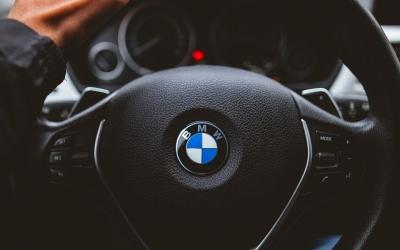 BMW: «Φρένο» στην παραγωγή 10.000 οχημάτων από την παγκόσμια έλλειψη ημιαγωγών