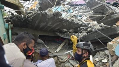 Τραγωδία στην Ινδονησία - Τουλάχιστον 35 νεκροί από τον σεισμό των 6,2 ρίχτερ