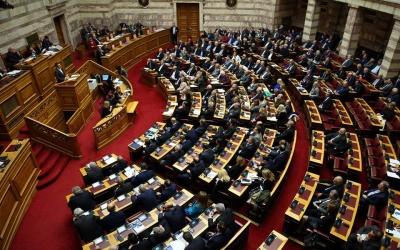 Βουλή: Με πέντε «ναι» και ένα «παρών» υπερψηφίστηκε η άρση των capital controls