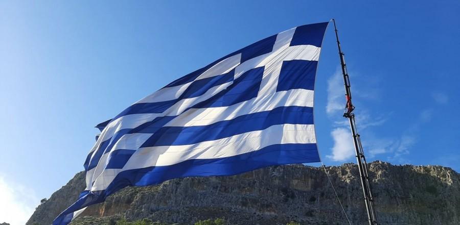 Aντιδρούν οι Τούρκοι για την τεράστια ελληνική σημαία στο Καστελόριζο