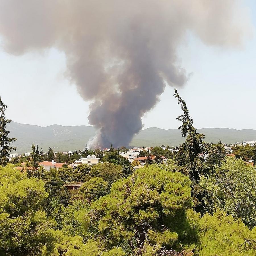 Ανεξέλεγκτη η φωτιά στη Βαρυμπόμπη - Εκκενώνεται η περιοχή, μηνύματα από το 112  -  Έκλεισε η Εθνική Οδός