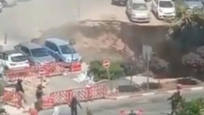 Τεράστια τρύπα καταπίνει αυτοκίνητα σε πάρκινγκ νοσοκομείου στην Ιερουσαλήμ