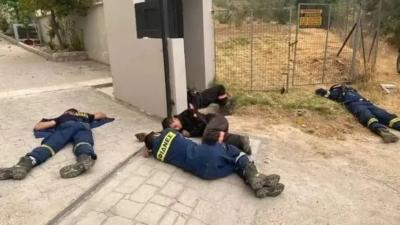 Συγκινεί η φωτογραφία με τους εξαντλημένους πυροσβέστες