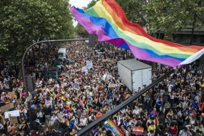 Γαλλία: Πορεία της κοινότητας ΛΟΑΤΚΙ στο Παρίσι με το βλέμμα στην Ουγγαρία
