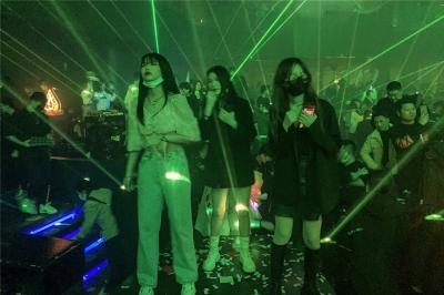 Κίνα: Με γεμάτα κλαμπ, χωρίς μάσκες και αποστάσεις εορτάστηκε στη Wuhan η πρώτης επέτειο του lockdown