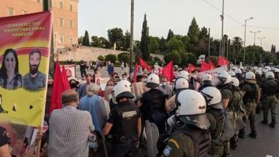 Επεισόδια στο Σύνταγμα: Διαδηλωτές κινήθηκαν προς την τουρκική πρεσβεία