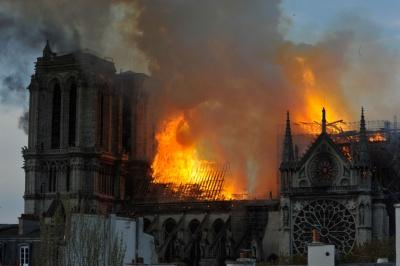 Δημοσκόπηση: Το 54% των Γάλλων θέλει να ξαναχτιστεί η Παναγία των Παρισίων ακριβώς όπως ήταν